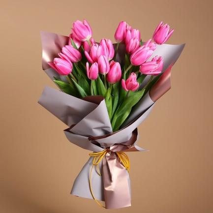 19 фуксиновых тюльпанов