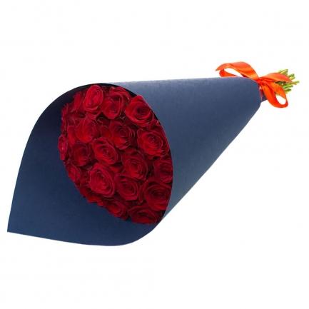 21 бордовая роза в крафте