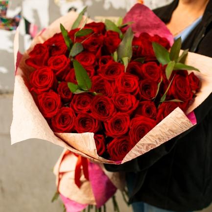 51 бордовая роза и зелень