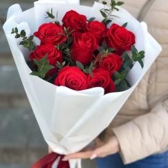 9 красных роз и зелень
