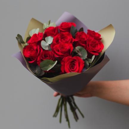 9 красных роз и эвкалипт
