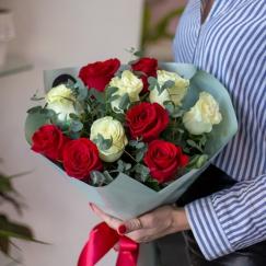 11 красно-белых роз